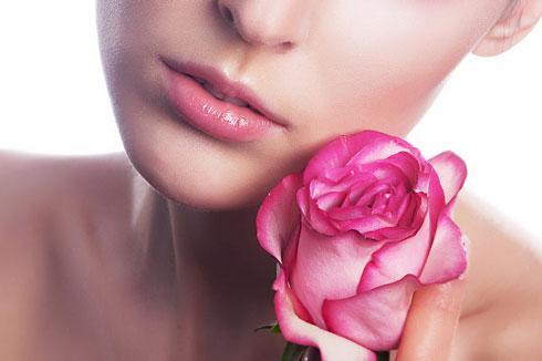 nhuy hoa nghe tay va nuoc hoa hong lam dep da - Hỗn Hợp Saffron và Nước Hoa Hồng Làm Se Khít Lỗ Chân Lông